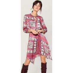 Asymetryczna sukienka z wiązaniem przy dekolcie - Różowy. Czerwone sukienki damskie Mohito, z asymetrycznym kołnierzem. Za 159.99 zł.
