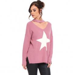 """Sweter """"Etoile"""" w kolorze jasnoróżowym. Czerwone swetry damskie Cosy Winter, prążkowane, z okrągłym kołnierzem. W wyprzedaży za 136.95 zł."""