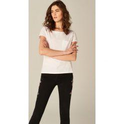 Koszulka z dekoltem typu łódka - Biały. Białe t-shirty damskie Mohito, z dekoltem w łódkę. Za 29.99 zł.