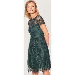 Koronkowa sukienka - Khaki. Brązowe sukienki damskie Mohito, z koronki. Za 169.99 zł.