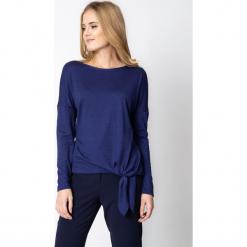 Fioletowa bluzka z wiązaniem u dołu QUIOSQUE. Fioletowe bluzki damskie QUIOSQUE, z dzianiny, klasyczne, z klasycznym kołnierzykiem. W wyprzedaży za 79.99 zł.