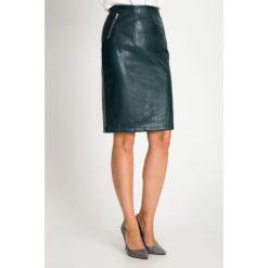 Skórzana zielona spódnica z zamkami QUIOSQUE. Zielone spódnice damskie QUIOSQUE, ze skóry ekologicznej, eleganckie. Za 149.99 zł.