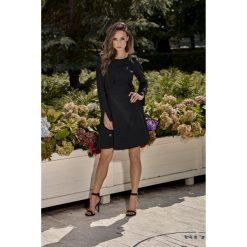 Sukienka z falbankami l271. Czarne sukienki damskie Lemoniade, z falbankami, z długim rękawem. W wyprzedaży za 129.00 zł.