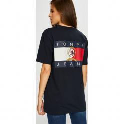 Tommy Jeans - Top. Czarne topy damskie Tommy Jeans, z bawełny, z okrągłym kołnierzem, z krótkim rękawem. Za 229.90 zł.