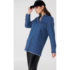 NA-KD Koszula jeansowa z surowym wykończeniem - Blue. Niebieskie koszule damskie NA-KD, z jeansu. Za 80.95 zł.