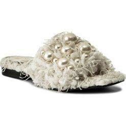 Klapki HEGO'S MILANO - 1039 Lanone Ecru/Perle. Białe klapki damskie Hego's Milano, z materiału. W wyprzedaży za 389.00 zł.