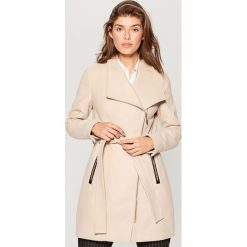 Płaszcz z wiązaniem - Beżowy. Brązowe płaszcze damskie Mohito. Za 269.99 zł.