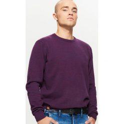 Gładki sweter BASIC - Fioletowy. Fioletowe swetry przez głowę męskie Cropp. Za 69.99 zł.