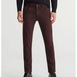 Jeansy slim fit - Brązowy. Brązowe jeansy męskie Reserved. Za 129.99 zł.