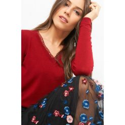 Sweter z ażurową lamówką. Czerwone swetry damskie Orsay, z dzianiny, dekolt w kształcie v. Za 79.99 zł.
