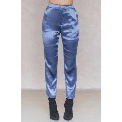 NA-KD Party Metaliczne spodnie prostymi nogawkami - Blue. Niebieskie spodnie materiałowe damskie NA-KD Party, z haftami, z poliesteru. Za 161.95 zł.