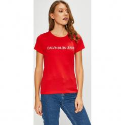Calvin Klein Jeans - Top. Czerwone topy damskie Calvin Klein Jeans, z nadrukiem, z bawełny, z okrągłym kołnierzem, z krótkim rękawem. Za 119.90 zł.