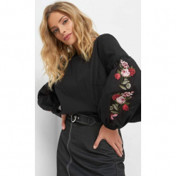 Luźna bluzka z haftem. Czarne bluzki damskie Orsay, z haftami, z bawełny, z okrągłym kołnierzem. Za 99.99 zł.