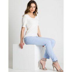 Błękitne spodnie w kant BIALCON. Niebieskie spodnie materiałowe damskie BIALCON, z tkaniny. Za 189.00 zł.