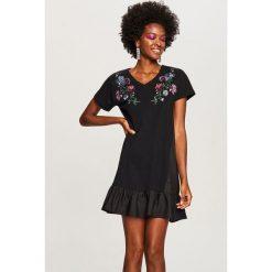 Sukienka z wyhaftowanymi kwiatami - Czarny. Czarne sukienki damskie Reserved. W wyprzedaży za 39.99 zł.