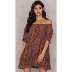 NA-KD Boho Sukienka z odkrytymi ramionami i obszernymi rękawami - Brown. Brązowe sukienki damskie NA-KD Boho, z bawełny, boho. W wyprzedaży za 38.99 zł.