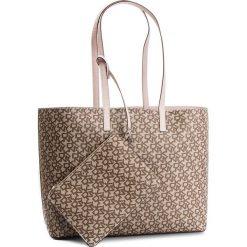 Torebka DKNY - R83A7756 Chino Logo-Ico Bls QIB. Brązowe torebki do ręki damskie DKNY, ze skóry ekologicznej. Za 769.00 zł.