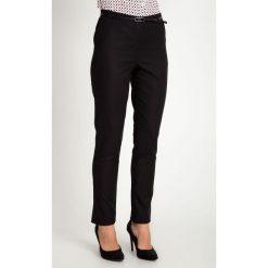 Klasyczne czarne spodnie z paskiem QUIOSQUE. Czarne spodnie materiałowe damskie QUIOSQUE, z haftami, z bawełny. W wyprzedaży za 119.99 zł.
