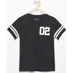 T-shirt z kontrastowym nadrukiem - Czarny. T-shirty dla chłopców Reserved, z nadrukiem, z kontrastowym kołnierzykiem. W wyprzedaży za 9.99 zł.