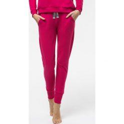 Cardio Bunny - Spodnie Poppy. Czerwone spodnie sportowe damskie Cardio Bunny, z nadrukiem, z bawełny. W wyprzedaży za 129.90 zł.
