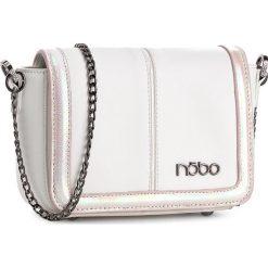 Torebka NOBO - NBAG-0670-C000 Biały Z Różowym. Białe listonoszki damskie Nobo, ze skóry ekologicznej. W wyprzedaży za 119.00 zł.