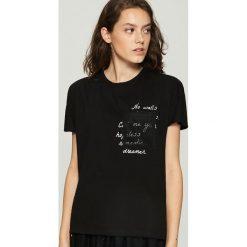 T-shirt z hasłem - Czarny. Czarne t-shirty damskie Sinsay. Za 29.99 zł.