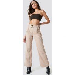 NA-KD Trend Szerokie spodnie z paskiem - Beige. Brązowe spodnie materiałowe damskie NA-KD Trend, w paski, z bawełny. Za 202.95 zł.