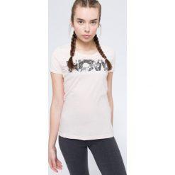 T-shirt damski TSD008 - jasny róż. Czerwone t-shirty damskie 4f, z nadrukiem, z bawełny. W wyprzedaży za 44.99 zł.