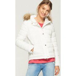 Pikowana kurtka z kapturem - Kremowy. Białe kurtki damskie Sinsay. W wyprzedaży za 99.99 zł.