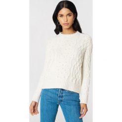 NA-KD Sweter ze sztucznymi perłami - White,Offwhite. Białe swetry damskie NA-KD, z dzianiny. W wyprzedaży za 101.48 zł.