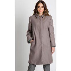 Długi płaszcz zapinany na guziki  BIALCON. Brązowe płaszcze damskie BIALCON, na jesień, wizytowe. W wyprzedaży za 417.00 zł.