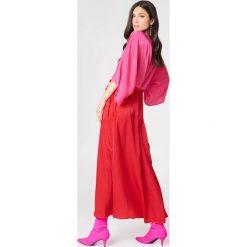 NA-KD Party Satynowa sukienka-płaszcz - Pink,Red. Czerwone płaszcze damskie NA-KD Party, z poliesteru. W wyprzedaży za 18.29 zł.
