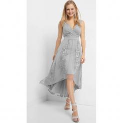 Asymetryczna sukienka z haftem. Szare sukienki damskie Orsay, z haftami, z dzianiny, z asymetrycznym kołnierzem. Za 229.99 zł.
