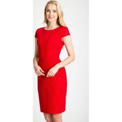 Czerwona sukienka z ażurowym wzorem QUIOSQUE. Czerwone sukienki damskie QUIOSQUE, w ażurowe wzory, z tkaniny, biznesowe, z dekoltem na plecach, z krótkim rękawem. W wyprzedaży za 99.99 zł.