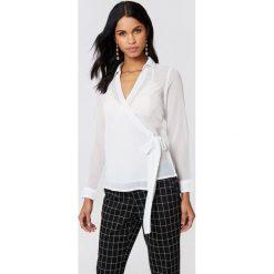 NA-KD Kopertowa koszula szyfonowa - White. Białe koszule damskie NA-KD, z poliesteru, z kopertowym dekoltem. Za 100.95 zł.