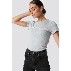 Calvin Klein T-shirt Core Institutional Logo - Grey. Szare t-shirty damskie Calvin Klein, z klasycznym kołnierzykiem. Za 161.95 zł.