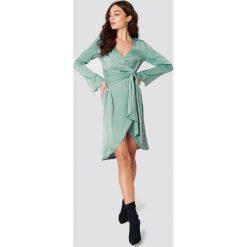NA-KD Party Sukienka kopertowa z wiązaniem z przodu - Green. Sukienki damskie NA-KD Trend, z tkaniny, z kopertowym dekoltem. Za 121.95 zł.