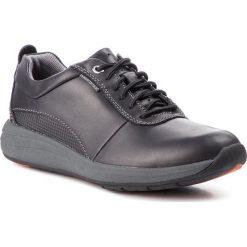 Półbuty CLARKS - Un Coast Plain 261328337  Black Leather. Czarne półbuty na co dzień męskie Clarks, z materiału. W wyprzedaży za 379.00 zł.