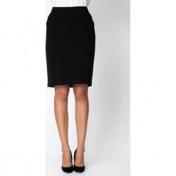 Czarna ołówkowa spódnica QUIOSQUE. Czarne spódnice damskie QUIOSQUE, z tkaniny, biznesowe. Za 139.99 zł.
