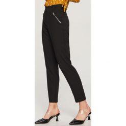 Spodnie z wysokim stanem - Czarny. Czarne spodnie materiałowe damskie Reserved. Za 99.99 zł.
