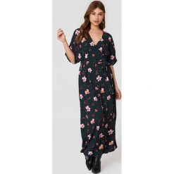 Just Female Sukienka maxi Olivia - Multicolor. Szare sukienki damskie JUST FEMALE, z tkaniny, z kopertowym dekoltem, z krótkim rękawem. Za 728.95 zł.