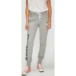 Converse - Spodnie. Szare spodnie materiałowe damskie Converse, z nadrukiem, z bawełny. W wyprzedaży za 179.90 zł.