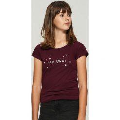 T-shirt z nadrukiem - Bordowy. Czerwone t-shirty damskie Sinsay, z nadrukiem. Za 9.99 zł.