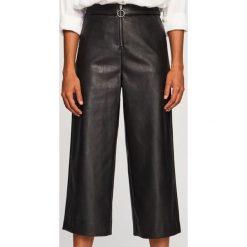 Spodnie z imitacji skóry - Czarny. Czarne spodnie materiałowe damskie Reserved, ze skóry. Za 119.99 zł.