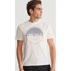 T-shirt z nadrukiem - Kremowy. T-shirty damskie marki Giacomo Conti. W wyprzedaży za 39.99 zł.