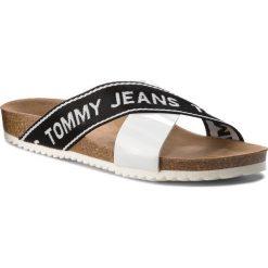 Klapki TOMMY JEANS - Flat Cor EN0EN00322 Off White 156. Białe klapki damskie Tommy Jeans, z jeansu. Za 249.00 zł.