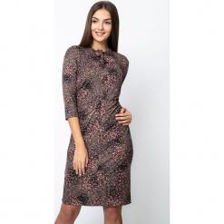 Wzorzysta sukienka z wiązaniem z przodu QUIOSQUE. Czerwone sukienki damskie QUIOSQUE, na jesień, z nadrukiem, z dzianiny, z dekoltem na plecach, z długim rękawem. W wyprzedaży za 139.99 zł.