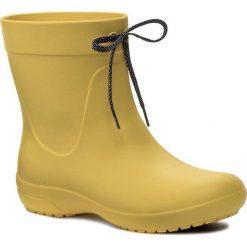 Kalosze CROCS - Freesail Shorty Rainboot 203851 Lemon. Żółte kozaki damskie Crocs, z materiału. W wyprzedaży za 159.00 zł.