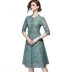 Sukienka w kolorze zielonym. Zielone sukienki damskie Ostatnie sztuki w niskich cenach, w koronkowe wzory, z koronki, z okrągłym kołnierzem. W wyprzedaży za 159.95 zł.