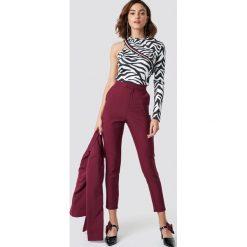 NA-KD Trend Dopasowane spodnie garniturowe - Red. Czerwone spodnie materiałowe damskie NA-KD Trend, z haftami. Za 202.95 zł.